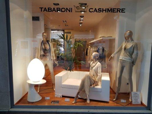 Le nuove vetrine del negozio Tabaroni Cashmere di Mantova